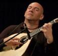 Lunedì 16 luglio al Centrum SSSL di Pontedera. Il celebre chitarrista e la nuova promessa della musica portoghese. In apertura le danze dei Dor Calator. Ingresso gratuito. Sete Sóis Sete...